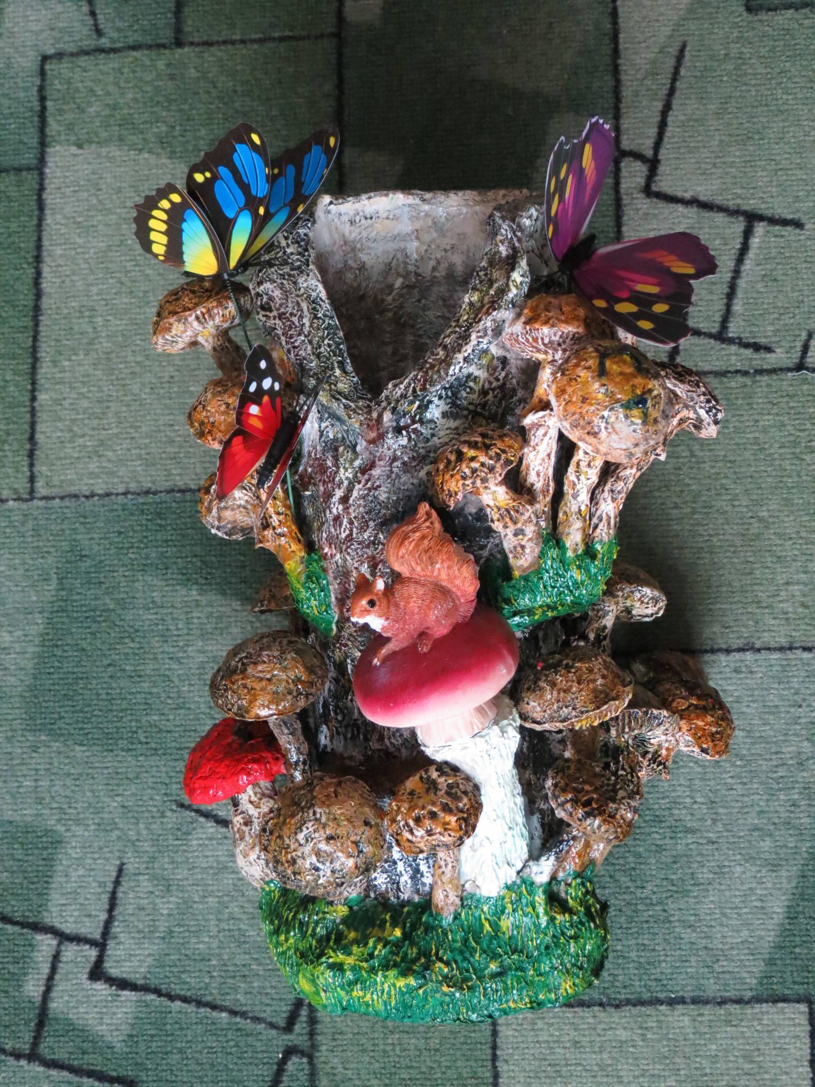 Белка на пне с грибами
