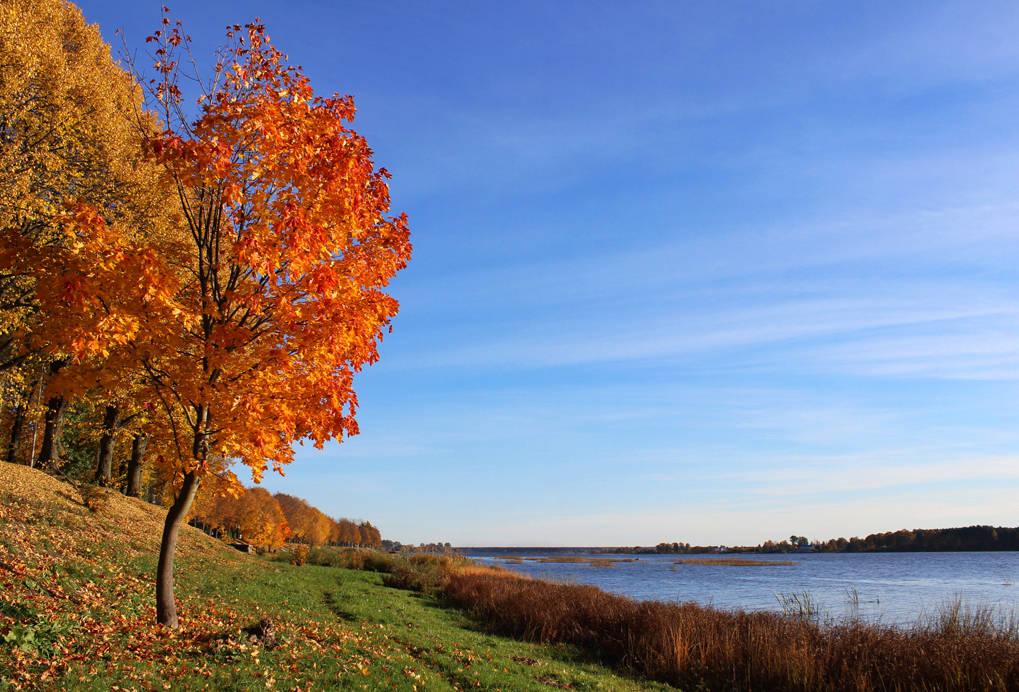А склоны осенью пылали...