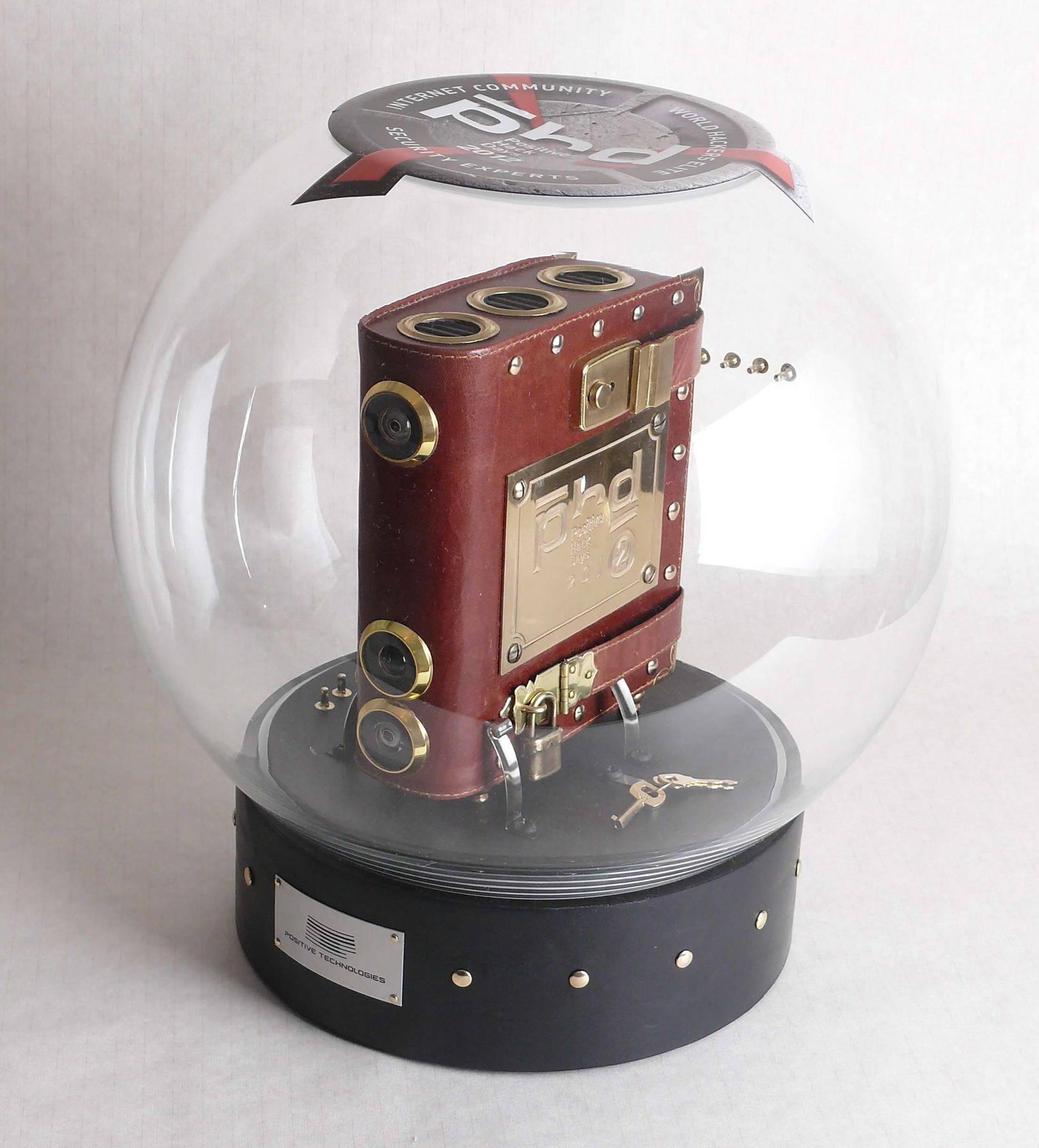 Приз для компании «Positive Technologies», 2012 г.   Кожа, мет. фурнитура, стекло.