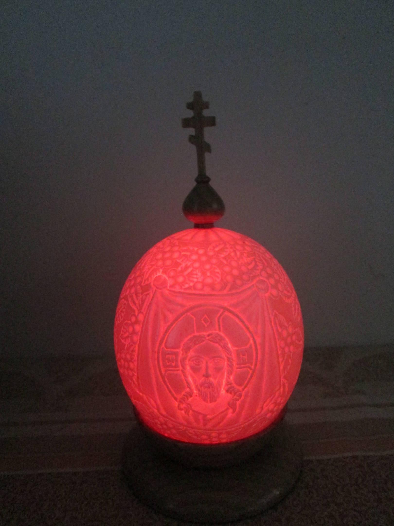 пасхальое яйцо, резное СПАС НЕРУКОТВОРНЫЙ ( яйцо страуса с подсветкой, купол, крест, подставка- дуб)
