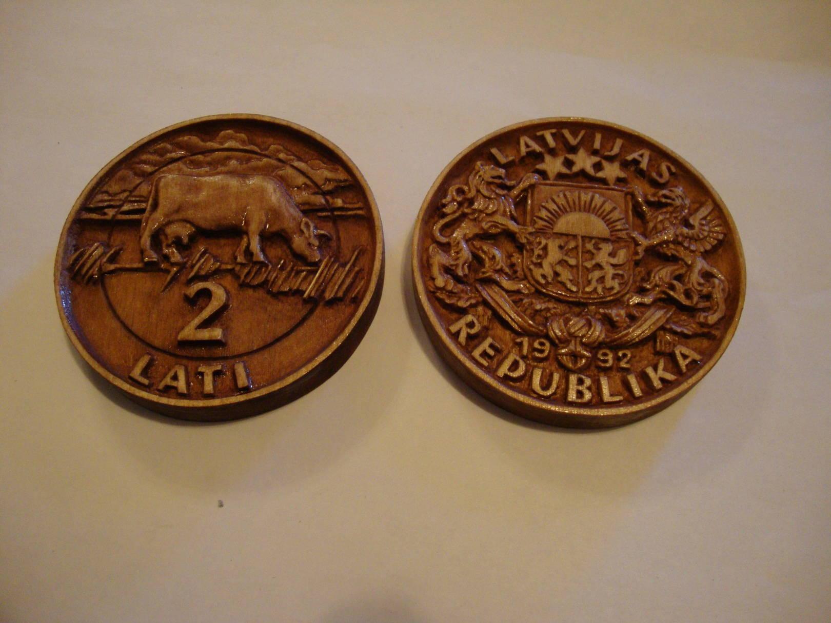 Резные прессформы для последующей отливки шоколадных сувенирных монет.