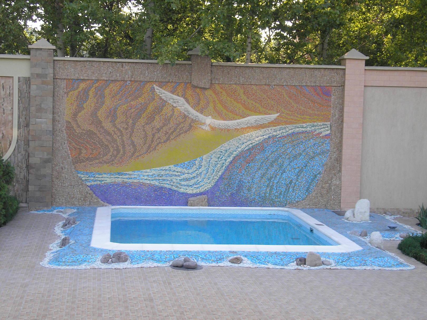 """Окончательный вид осуществлённой композиции """"Альбатрос"""". Материалы: керамическая мозаика, галька, инкерманский камень и мозаика из песчаника."""