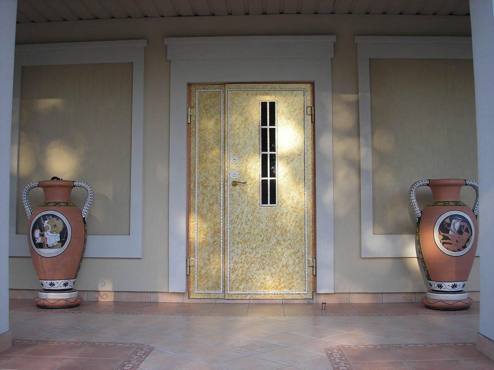 Амфоры у входа в дом. Покраска двери исполнена в авторской технике.