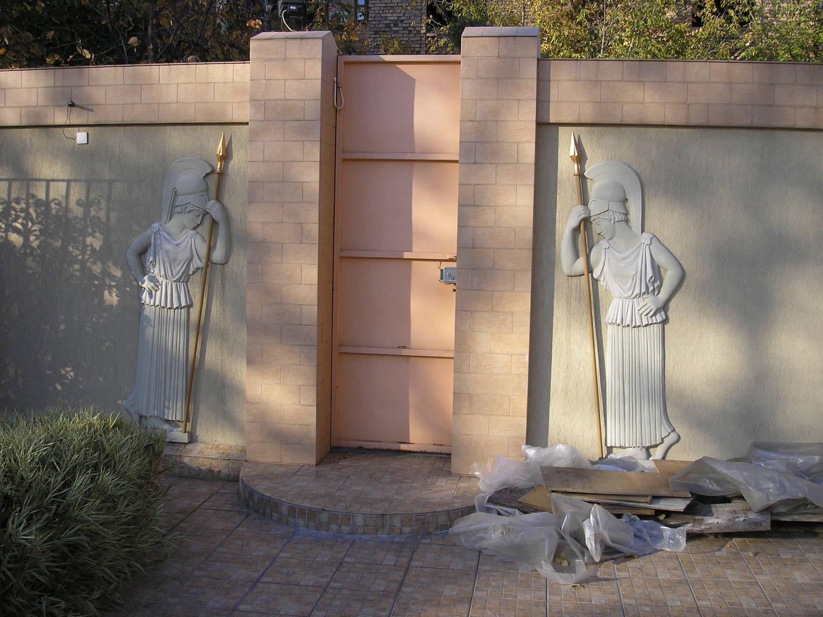 """Рельефы """"Хранительницы"""". Белый цемент. Высота 1600."""