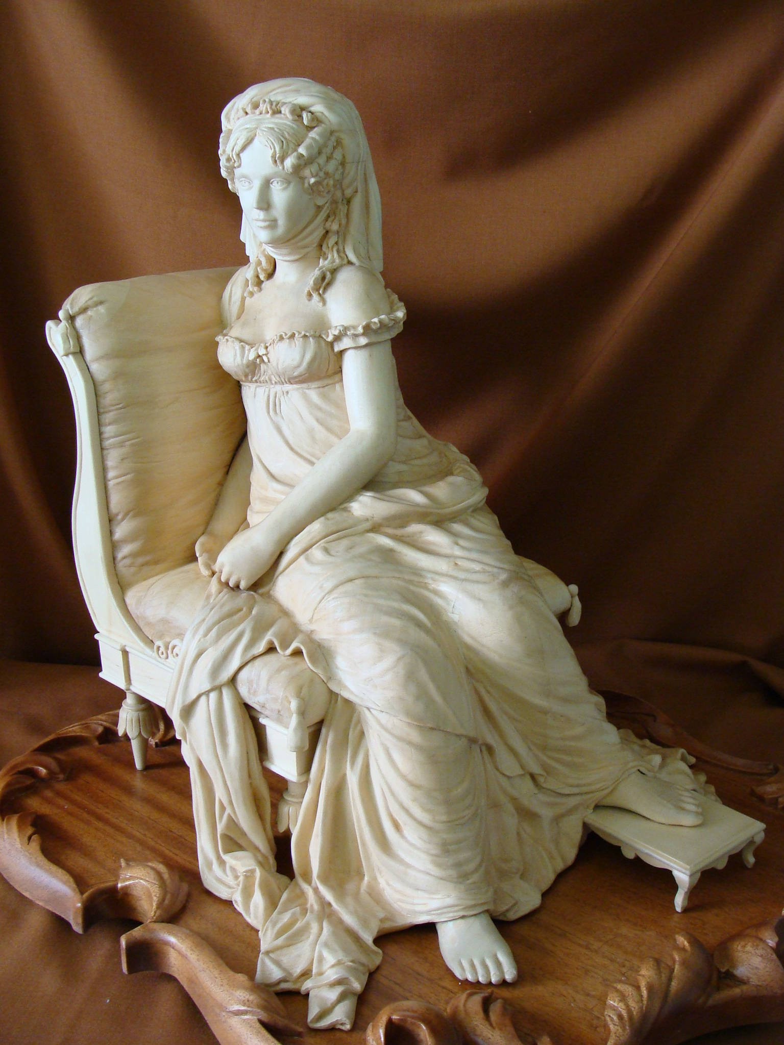 Девушка, сидящая в кресле.