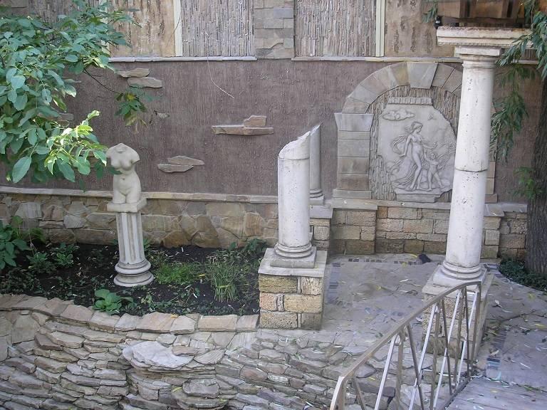 В оформлении зоны ручья и беседки использовались: песчаник, ракушечник, гранит и декоративная штукатурка.
