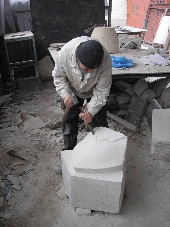 Автор вазы под шишкой и лепестков в основании Игорь Валабуев.