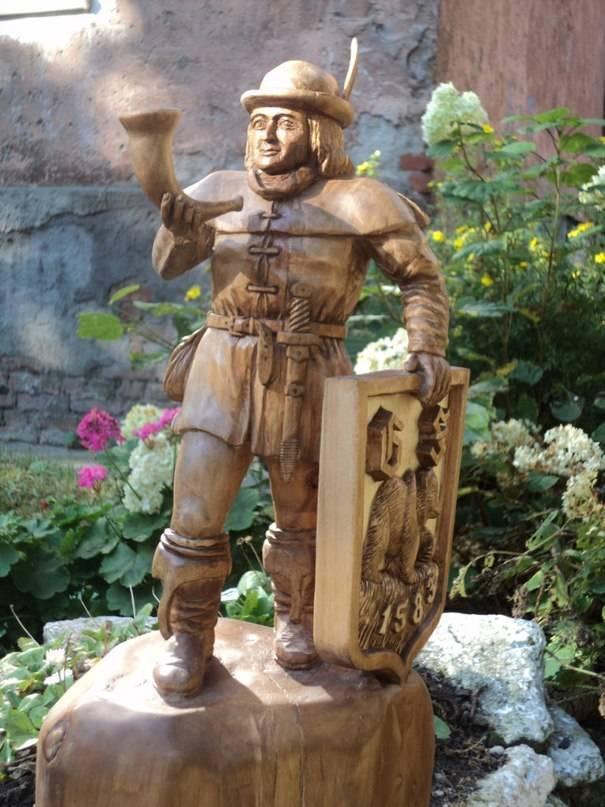 Скульптурный герб города Черняховск.