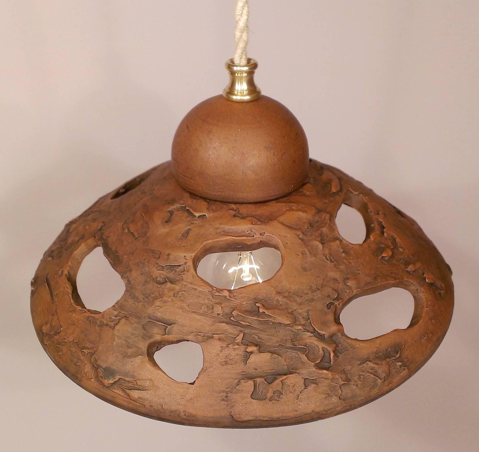 """Потолочный светильник на подвесе. """"Морской прибой"""" Красная глина, гончарный круг, молочение. Провод задекорирован под льняную веревку."""