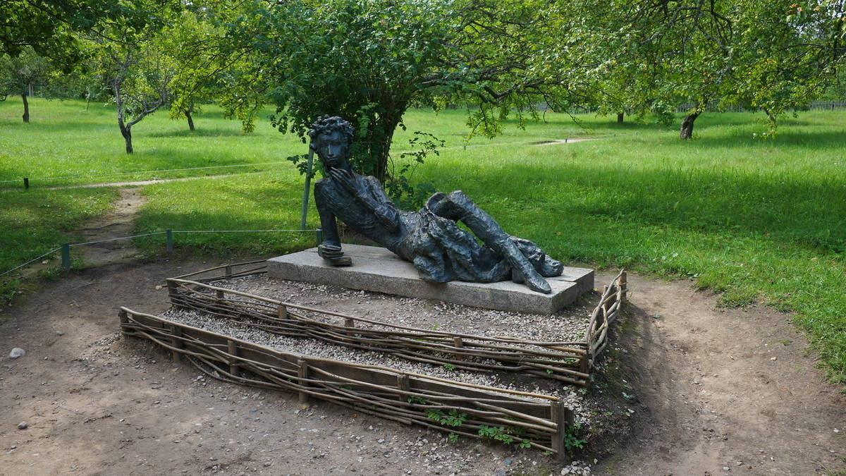 Памятник А.С. Пушкину в Михайловском.