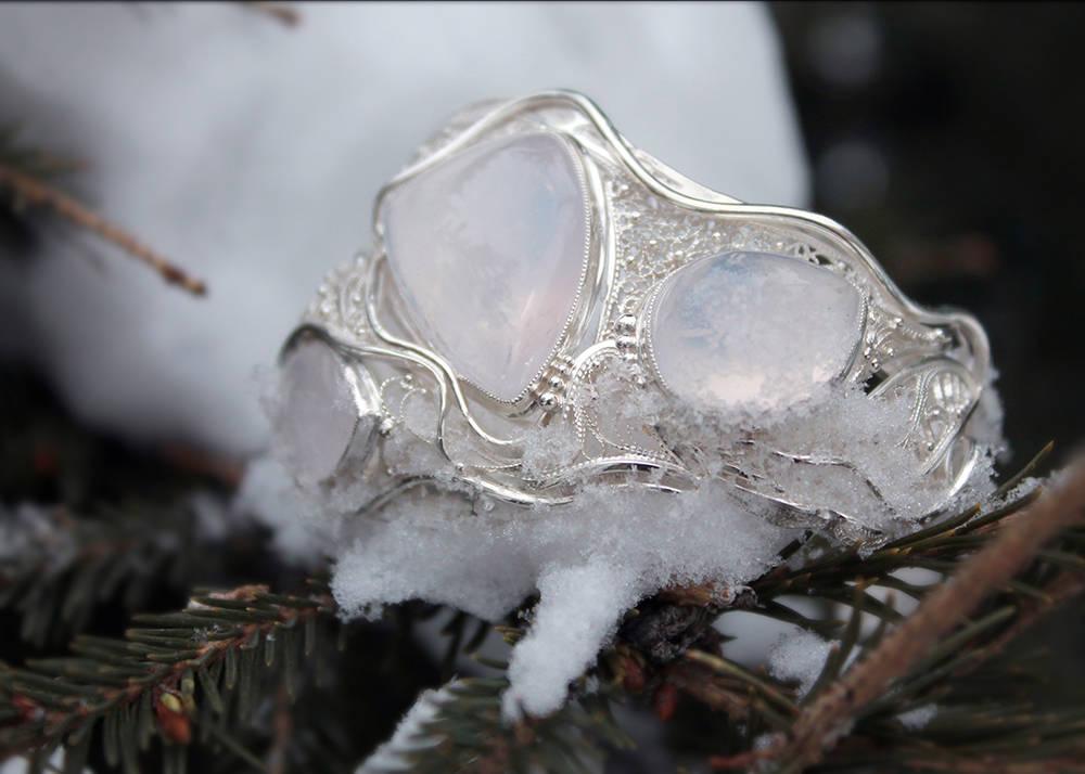 """Браслет """"Три имени зимы"""". Материал: серебро, розовый опалесцирующий кварц."""