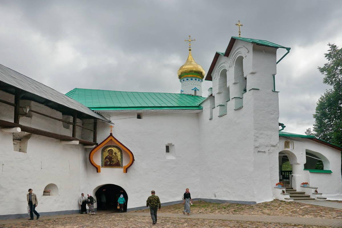 Малая звонница Никольской надвратной церкви.