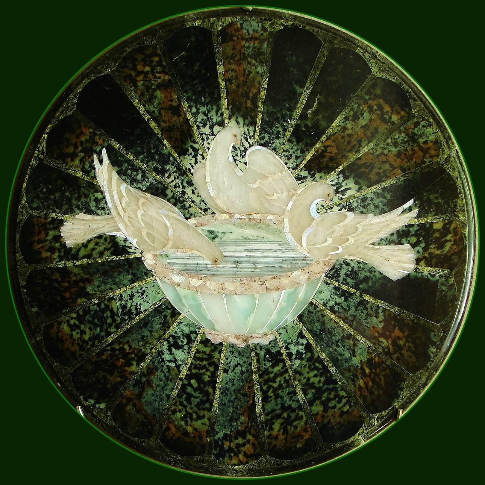 """""""Голуби Плиния """"столешница, флорентийская мозаика 53 см.:серпентинит, хризопраз, беломорит(лунный камень),агат, лиственит, розовый кварц."""