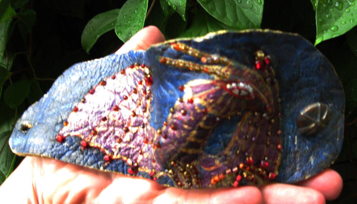 """""""Сиреневый дракон""""материал:нат.кожа,роспись,вышивка бисером."""
