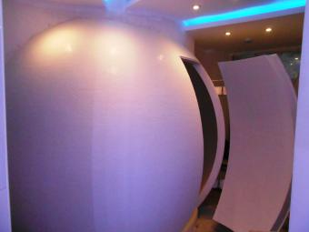 массажный кабинет в виде сферы с отделкой поверхности мелкомодульной белой мозаикой