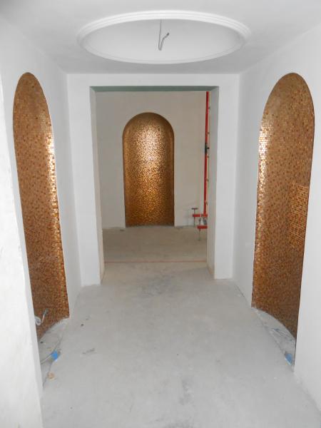 """арочные ниши в коридоре коттеджа с отделкой """" медной"""" мозаикой"""