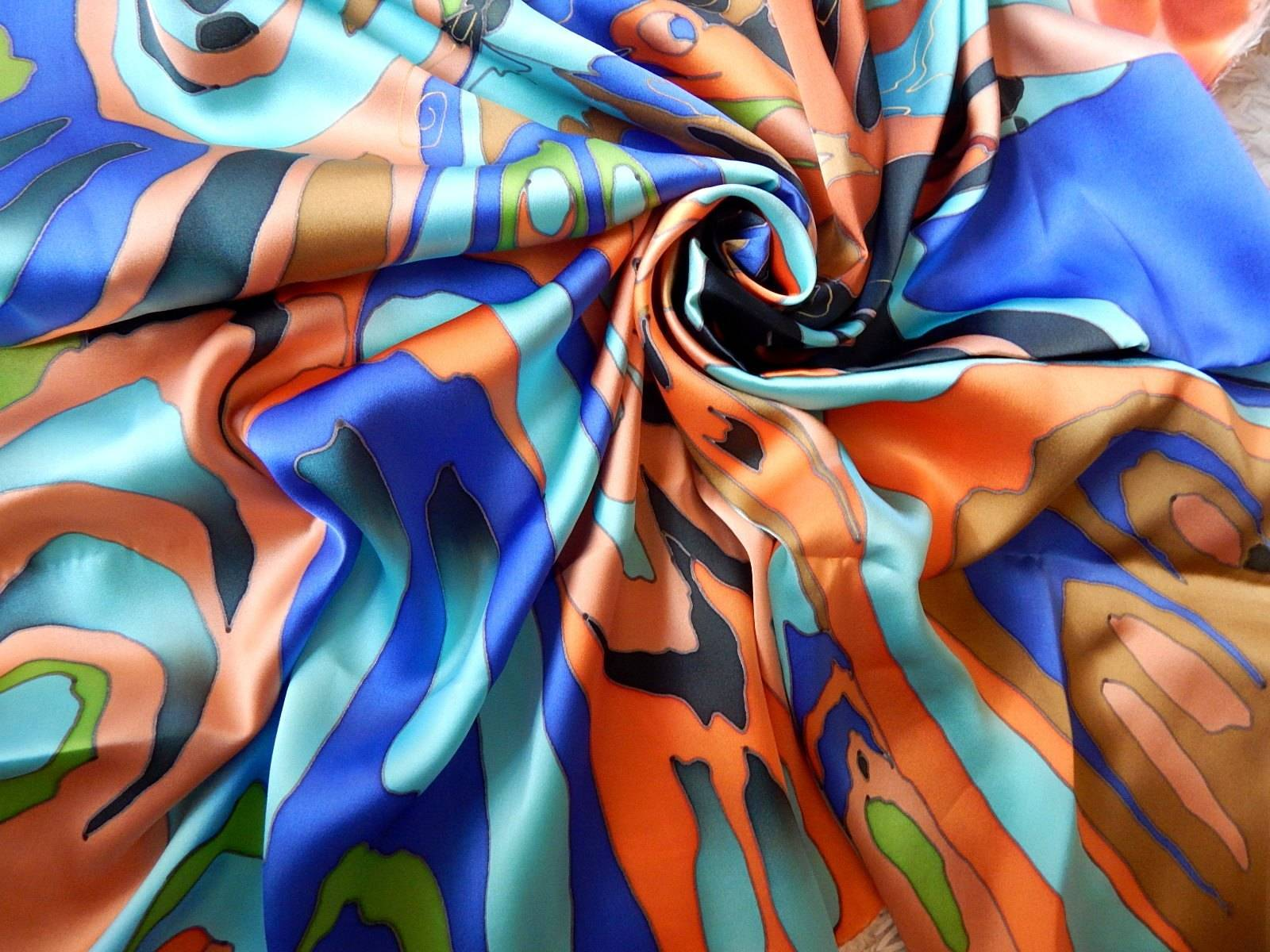 Стильный, яркий аксессуар выполнен из натурального шелка - атласа, расписанного вручную в технике холодного батика. Платок непременно подчеркнет Вашу женственность и сделает Ваш образ неповторимым!
