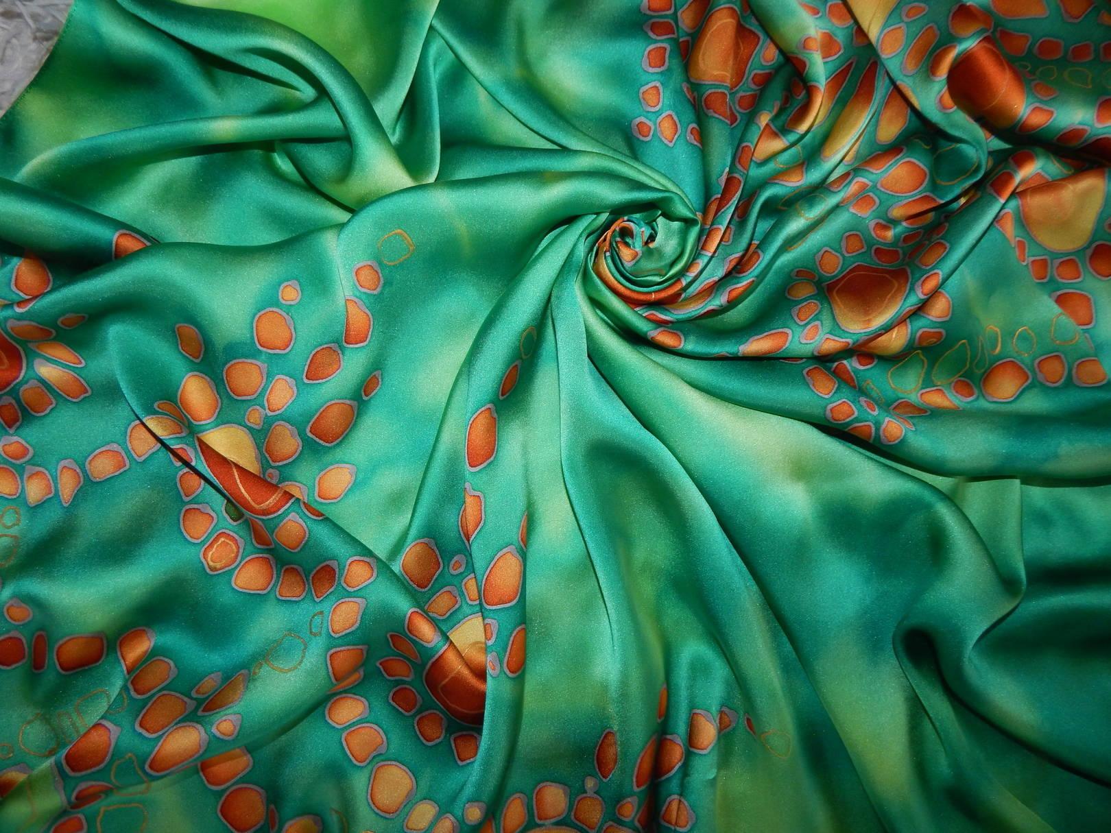 Платок выполнен из натурального шелка - атласа, расписанного вручную в технике холодного батика. Очень эффектный яркий аксессуар непременно подчеркнет Вашу женственность и выразит Вашу индивидуальность! Вас заметят и никогда не забудут!