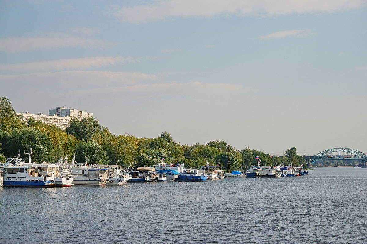 По Москва-реке.