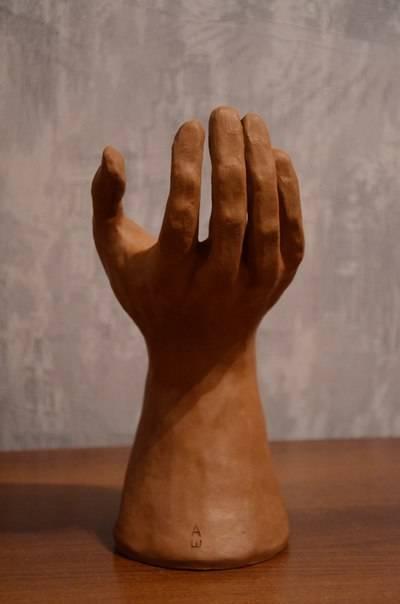 Рука - глина.