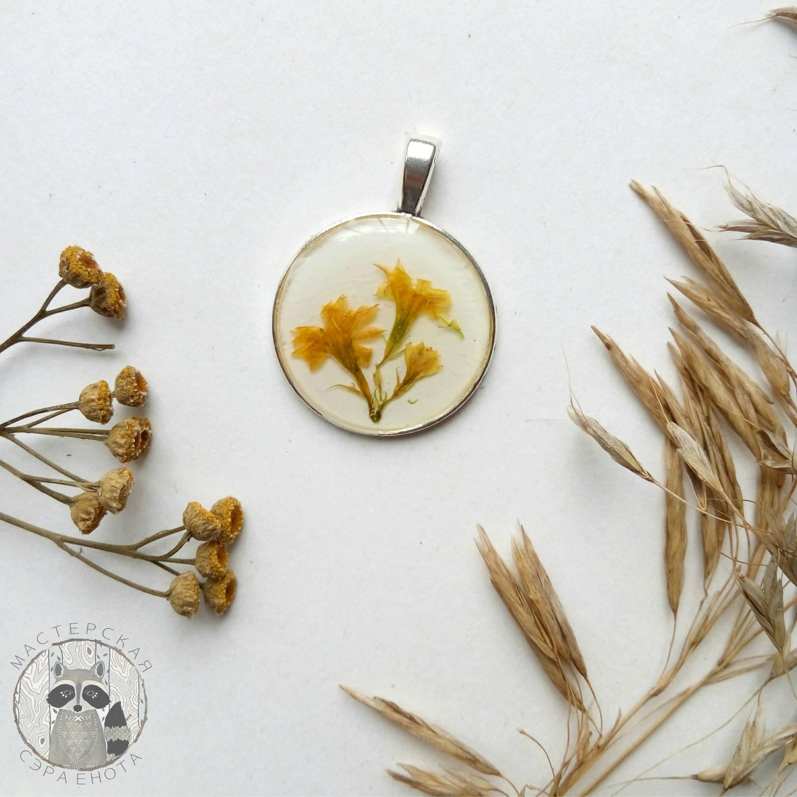 Кулон с цветами каланхое Материалы: эпоксидная смола, сухоцветы, фурнитура цвета серебра. Размер 25 мм