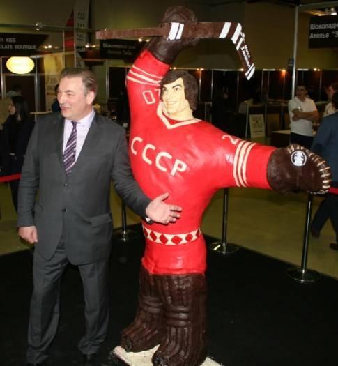 120 кг шоколада, 2 20см высота. Фигура выдающегося хоккеиста Владислава Третьяка и он сам на открытии 5 Salon du chocolat В Москве.