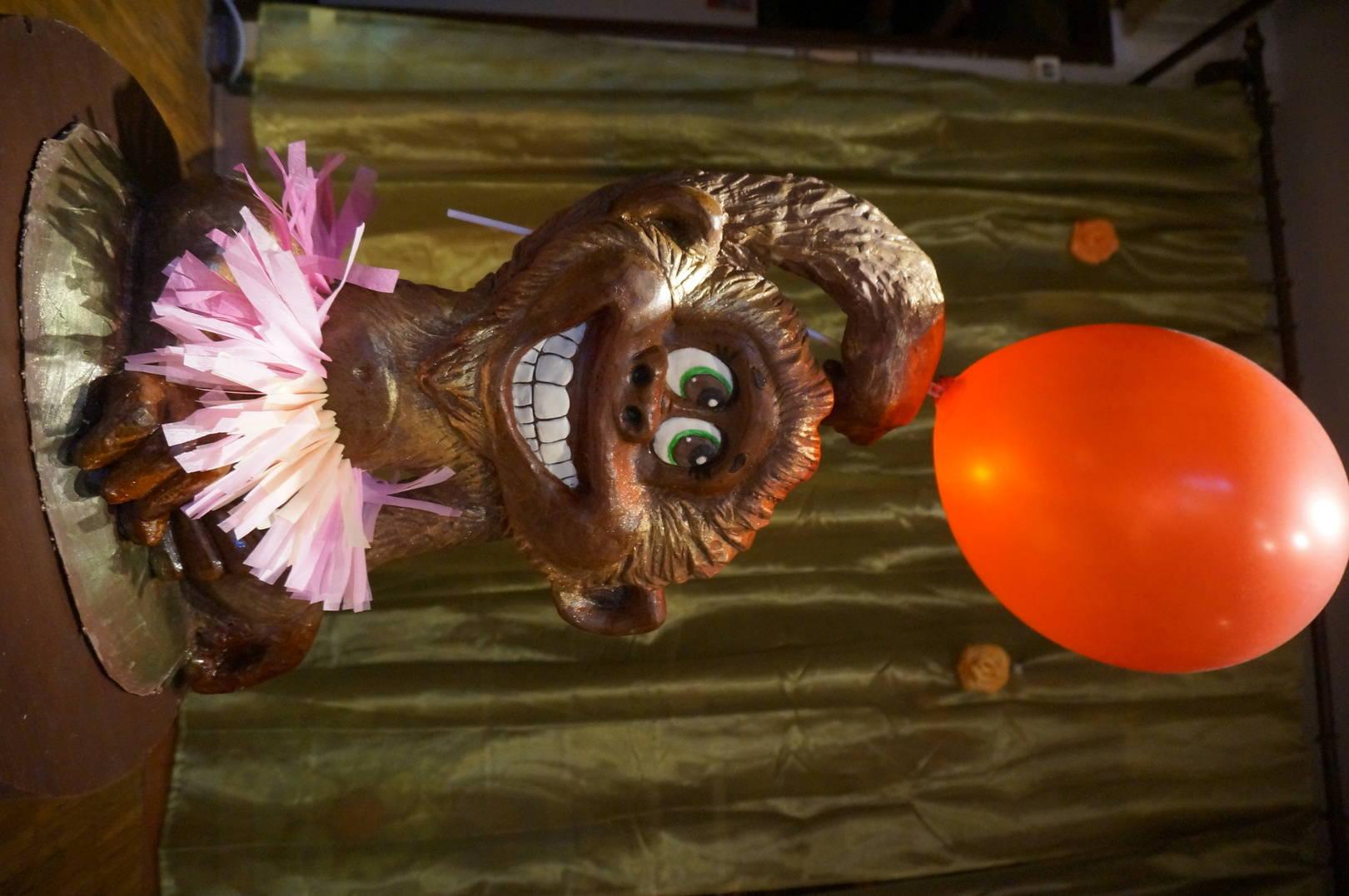 Проказница-обезьянкаак не захотела поворачиваться, лежит на боку и все тут. 10 кг темного шоколада с позолотой