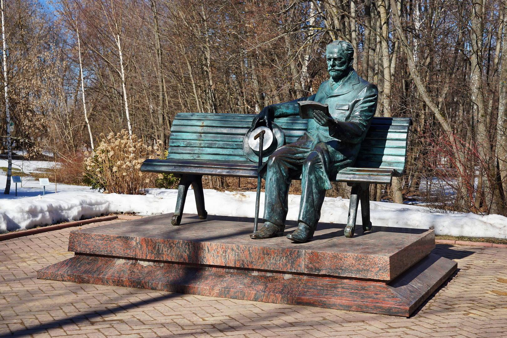 Памятник П.И. Чайковскому в музее-заповеднике.
