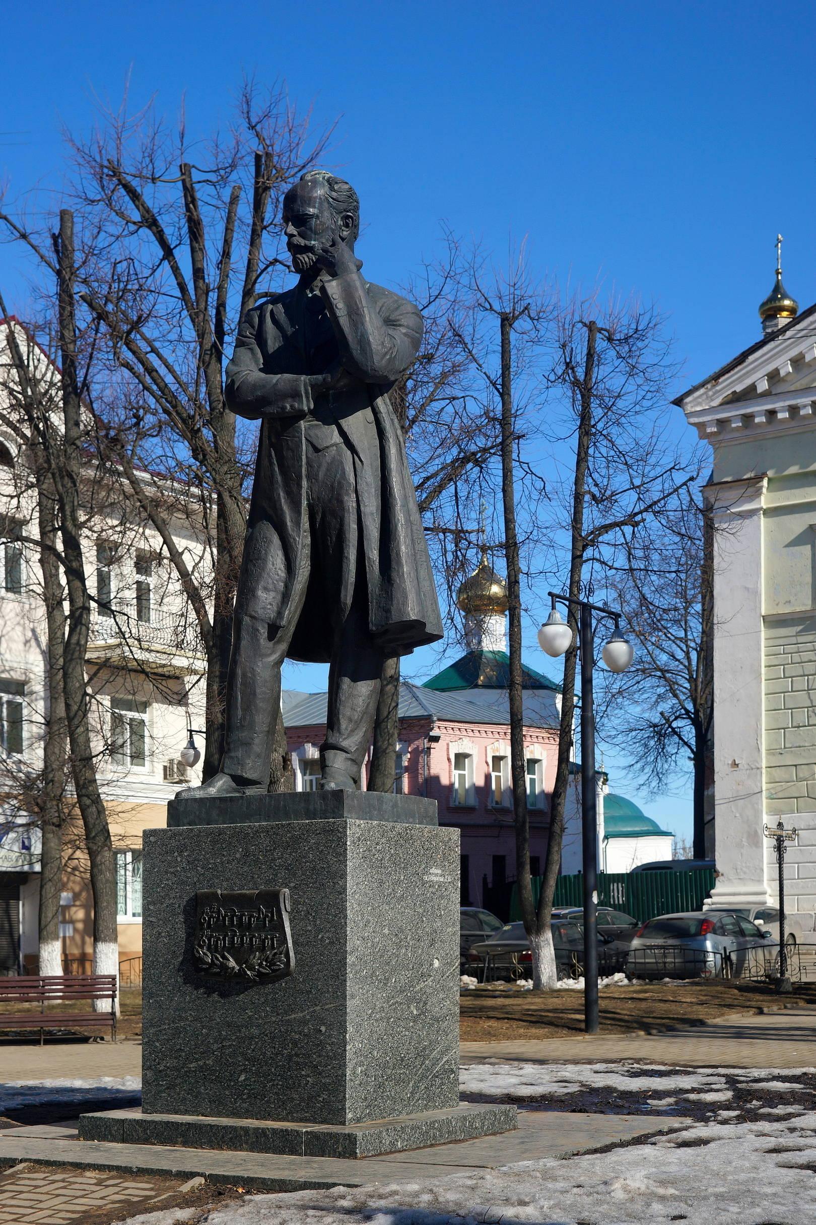 Памятник П.И. Чайковскому в центре Клина.