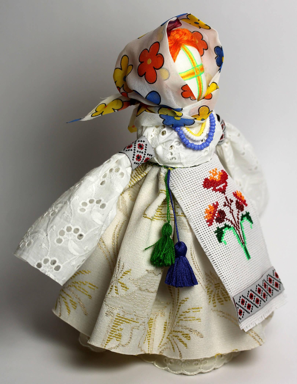 БЕРЕГИНЯ Кукла Берегиня издавна считалась семейным оберегом. Оберег  привлекал в дом светлые силы, сохранял гармонию в семье. Кукла была настолько важна для всех домочадцев, что  передавалась по наследству, так как считалось, что она оберегает все семьи одного рода.